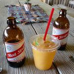 アイタル コーナー - ドリンク写真:マンゴージュース&レッドストライプ(ビール)
