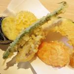 うどん和讃 - 野菜の天ぷらの盛り合わせ。                             インゲン・マイタケ・サツマイモ・カボチャ・ニンジン・ナス。