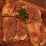 ニクジュウハチ - リンゴのカスタードピザ 600円。
