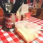 スパゲッティーのパンチョ - ど~ん…パルメザンチーズ! お箸&フォーク&スプーンがありますよ~
