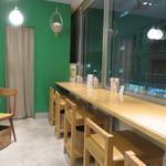 ガーデンカフェ - ナチュラル・ブラウンとグリーンを基調にした店内3