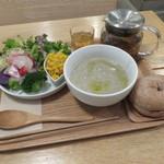 シンシアガーデンカフェ - スープとデリのセット:緑豆のスープ、自家製手ごねベーグル(くるみ)、サラダ(ブロッコリー、カブ、スプラウト、ビーツ、かぼちゃ、紫芋、玉ねぎ)、五行茶(土)1