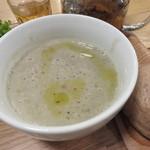 シンシアガーデンカフェ - スープとデリのセット:緑豆のスープ、自家製手ごねベーグル(くるみ)、サラダ(ブロッコリー、カブ、スプラウト、ビーツ、かぼちゃ、紫芋、玉ねぎ)、五行茶(土)2