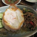タイの食卓 オールドタイランド 新橋店 - ガパオライス(鶏ひき肉のタイバジル炒め)。