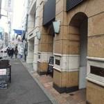 シンプルキッチン - ビルの前では、スタッフがお弁当の販売もやってます