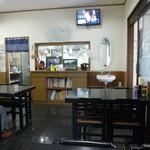 志のぶ本店 - テーブル席と小上がりのある店内