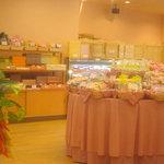 4816868 - 中央には焼き菓子の乗ったテーブル、左手にはギフト用