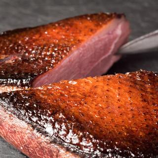 香ばしく焼き上げる鴨肉