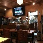 タイ田舎料理 クンヤー - 大画面テレビではタイの番組やスポーツが流れています