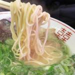 まさちゃん - 麺は、長浜系みたいにボソボソしてなく、程よく滑らかです。 替玉は100円です。
