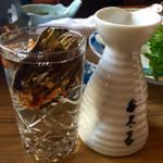 ふぐ料理 与太呂 - こりゃビールも良いですがやっぱりヒレヒレするでしょ?グラスにヒレだけが入っており自分で熱燗の日本手酌の会w
