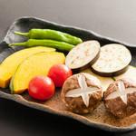 焼き野菜盛り合せ(椎茸、南京、ししとう、茄子、プチトマト、ズッキーニなど)