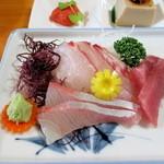 海の家つるた - 料理写真:刺身の盛り合わせ(鯛・鰤・鮪)