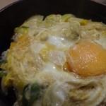 まことうどん - ◆玉子丼・・卵は2個使用されているのかしら。1個は溶き卵にして、もう1個は出来上がってから割入れたような感じでした。 お味は福岡仕様の甘めです。