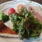 48186278 - 玉葱風味のキッシュはしっとりケーキ風の食感、豚肉のパテやブロッコリーのタプナード他