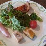 48186283 - 可愛く上品なお皿に、美味しそうな前菜がズラリ