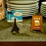 curry diningbar 笑夢 - カウンターは、石かな?スレートかな?店内も素敵です。