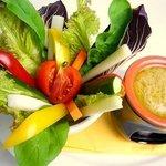アルモニコ - 当店定番一番人気!季節野菜のバーニャカウダ。ソースが決め手!