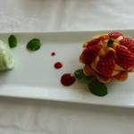 48195164 - 苺のタルトレットとピスタチオアイス
