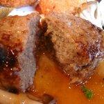 洋食家 さくら - ハンバーグの中 じゅわーっと肉汁が出てきます!