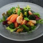 華屋 - 海老とトマトのサラダ アボカドディップ添え