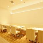 華屋 - 清潔感のあるテーブル席