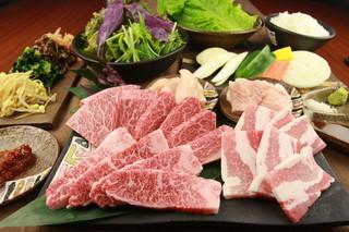 ぎゅうとん合戦 - 沖縄ブランド牛&豚食べ比べの焼肉コース