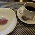 48209720 - プチデザートとコーヒー。コーヒーは、しっかりした味で美味しかったです。デザートは、もう少し甘いものが欲しかったかな。