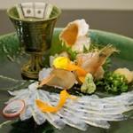 郷土味 かけはし - 造りです、織部に描かれた、穴子の薄造り、あかにし貝、蛸、白エビ。同じく織部のグラスにはナマコ酢(白エビ、動いていましたよ!)