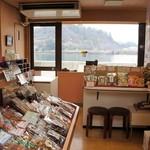 かねみつ - 店内から、尾道水道が望めます、夏はこの景色を眺めながら、サービスの冷たい麦茶をいただくんですよ♪