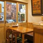 Coyote - オープンして3年目に入ったカフェ、店内は綺麗で温かみのある造りです