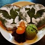 48222269 - パンケーキに 平等院のシンボル『鳳凰』を 抹茶粉と粉糖を使って かたどってある~~!!(゚ ロ ゚;ノ)ノ