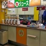 阪神梅田駅ジューススタンド - レジと渡す場所は同じと思っていい