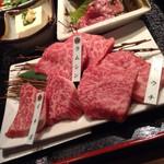 48224213 - 近江牛の3種盛りのアップ
