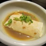 居酒屋 益正 - 海鮮丼には温かいすくい豆腐がセットになってましたゴマダレが温かい豆腐にピッタリ。