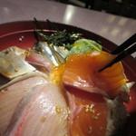 居酒屋 益正 - 醤油をぶっかけご飯を卵かけご飯状態にして刺身に山葵を少しつけて海鮮丼を口に運ぶと日本人に生まれた幸せを感じました。