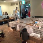 札幌ガッつけ蕎麦 - 【2016年01月】店内のセンターテーブルから、テーブル席や店舗入口を臨む、女性客はテーブル席に着くケースが多いですね。