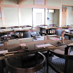 僧伽小野 一秀庵 - 一階のレストランスペース。2面採光で、どの席からでも海が眺められます。