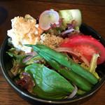 cafe & bar MÉLI-MÉLO - たくさんのお野菜が入ったサラダ!ハチミツのほのかな甘さと酸味とのバランスが良い☆