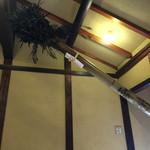 萬御菓子誂處 樫舎 - 東大寺二月堂のお水取りのたいまつが展示されています。
