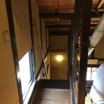 萬御菓子誂處 樫舎 - 昇ってきた階段