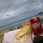 Storto's Deli & Sandwich Shop - 料理写真:Haleiwa Ali'i Beachのベンチで ローストビーフとパストラミ