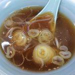 熊ぼっこ  - 熊ぼっこ 前野町店 特製・ギョウザライスに付く濃い目の味の醤油スープ