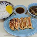 熊ぼっこ  - 熊ぼっこ 前野町店 特製・ギョウザライス 半ライスで630円(税込)  餃子のタレはお店作成