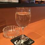 肉酒場 GZダイニング - 「白ワイン」(「飲み放題90分+料理2品」1980円の一杯)