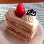 48254300 - 【苺のショートケーキ】(@_@)「420円」                       苺と生クリームを2段サンド