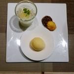 48255889 - デザート4種文旦のムース、バニラアイス、マドレーヌ、クッキー