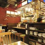 下町ビストロ リカリカ - 厨房を囲むカウンター席とテーブル席があります。