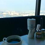 スカイラウンジ エアシップ - 素晴らしい景色を眺めながら、まったりと食後のコーヒーを楽しむ。
