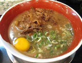徳島ラーメン 麺王 神戸元町店 - 徳島ラーメンかた麺、豚バラと生卵を投入!